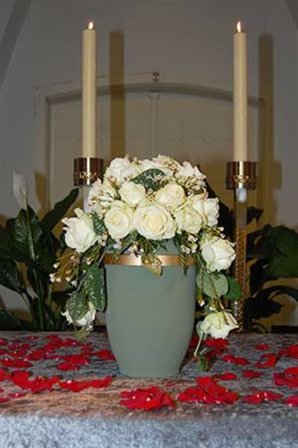 Urne mit weißen Rosen